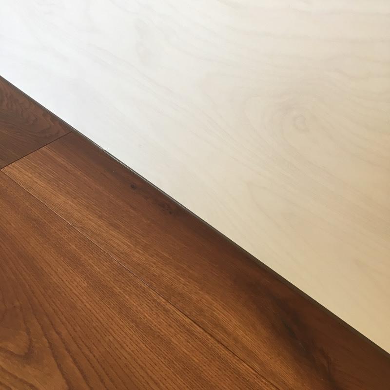 põrandaliistuta seinapaneel